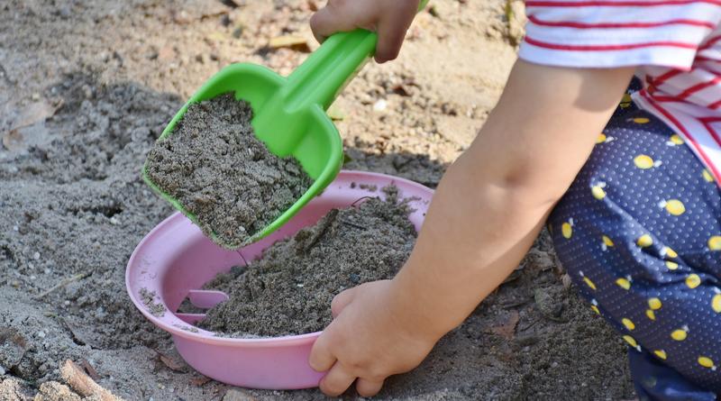 ilustrační obrázek - dítě na pískovišti